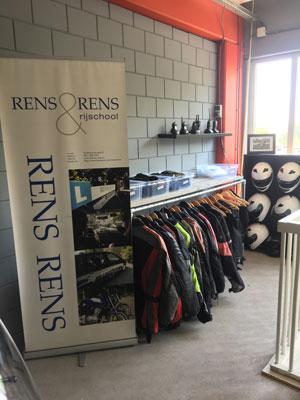 Leen Jassen, broeken en helmen van Rijschool Rens & Rens bij Rouvoet motoren